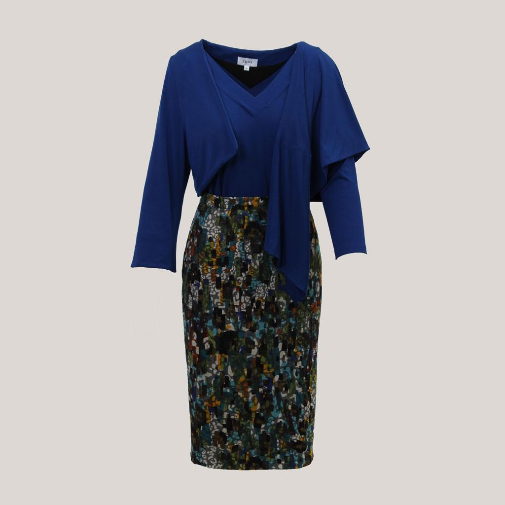 Herfstkleed, veelkleurige kokerrok met fietsknoopje, met koningsblauw V-hals shirt en omslagvest