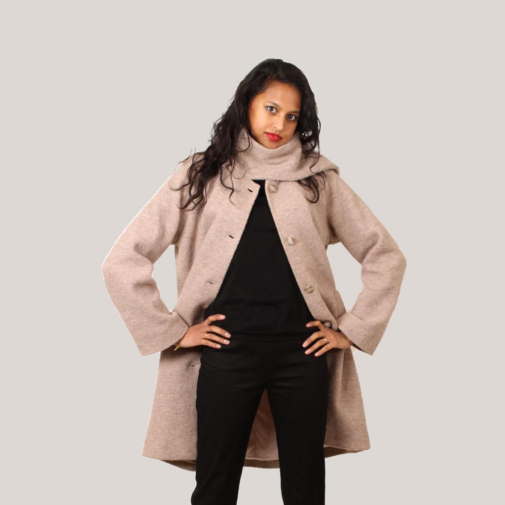 Model in beige mantel met sjaalkraag