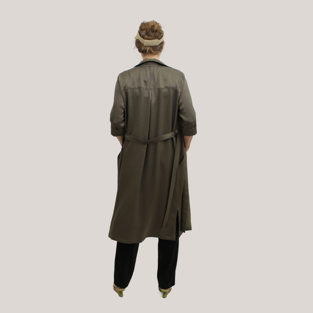 Olijfgroene robe manteau op model, achteraanzicht
