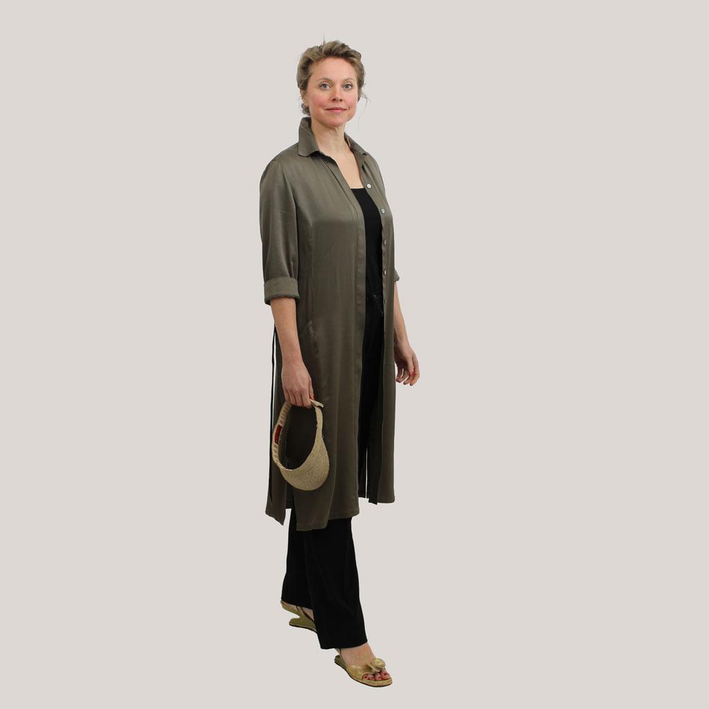 Olijfgroene robe manteau op model, vooraanzicht