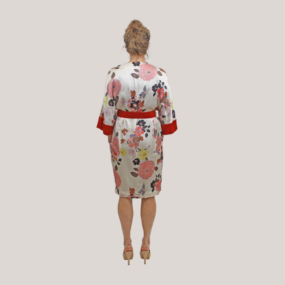 Gebloemde kimono 'Sophie's Choice' op model, achteraanzicht