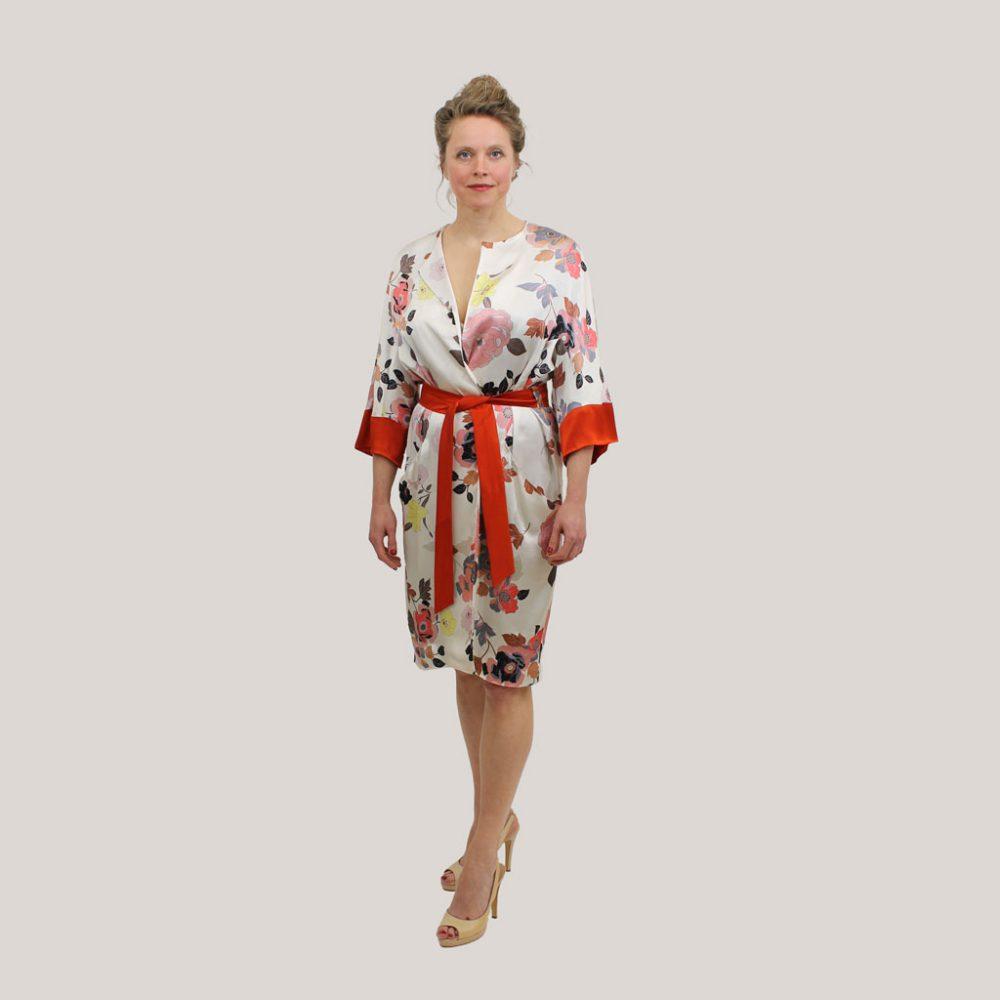 Gebloemde kimono 'Sophie's Choice' op model