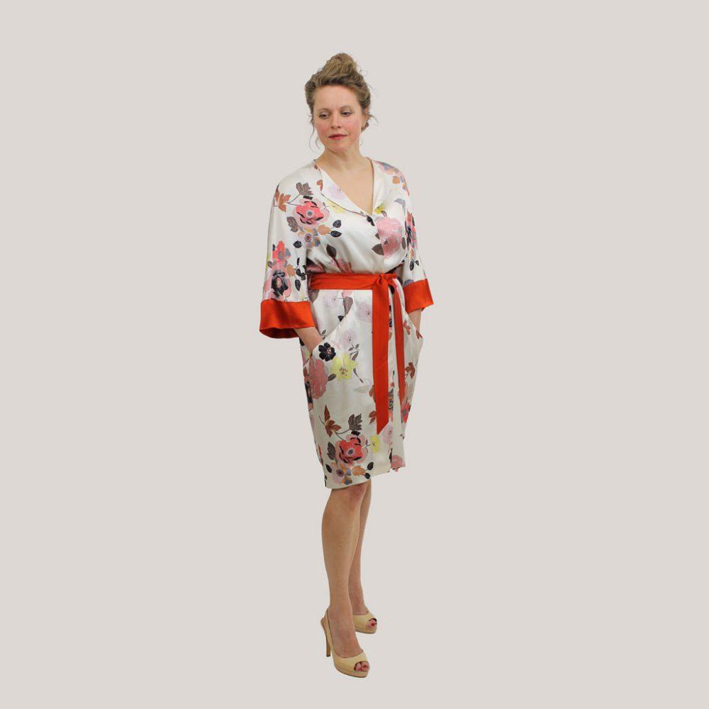 Gebloemde kimono 'Sophie's Choice' op model, vooraanzicht