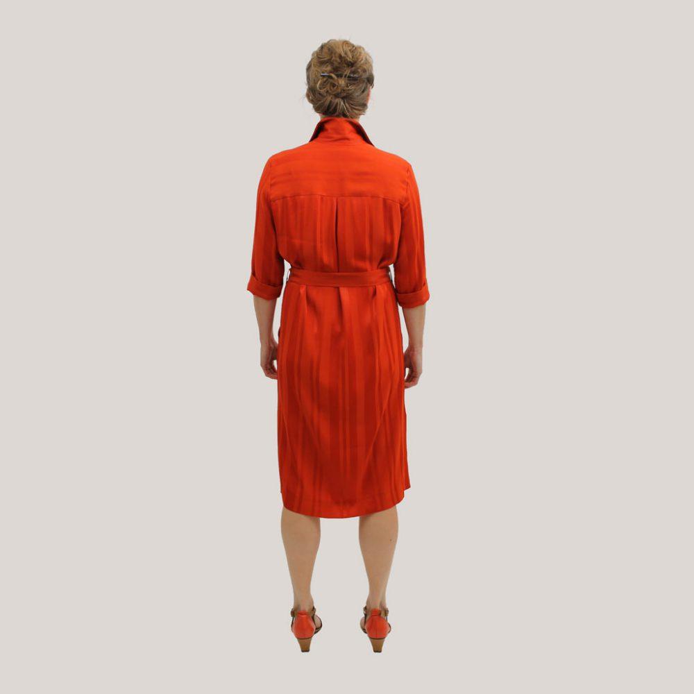 Rode robe manteau op model, achteraanzicht