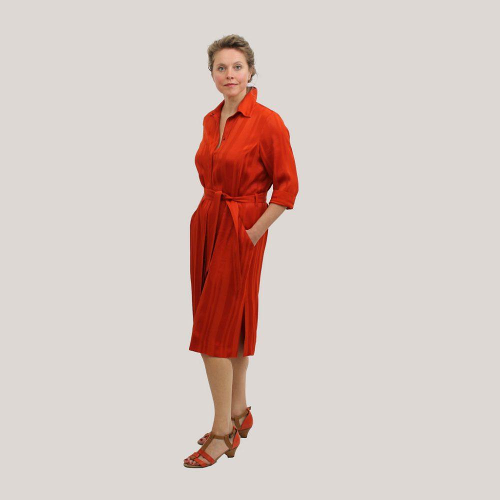 Rode robe manteau op model