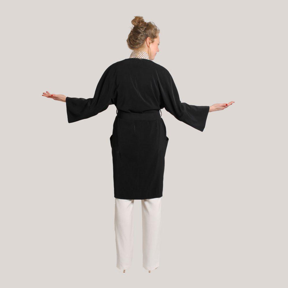 Zwarte kimono 'Black is black' op model, achteraanzicht
