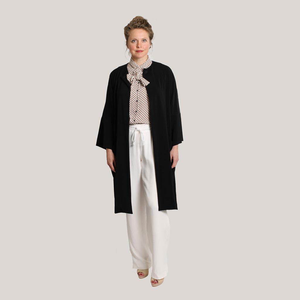 Zwarte kimono 'Black is black' op model, open, ooraanzicht