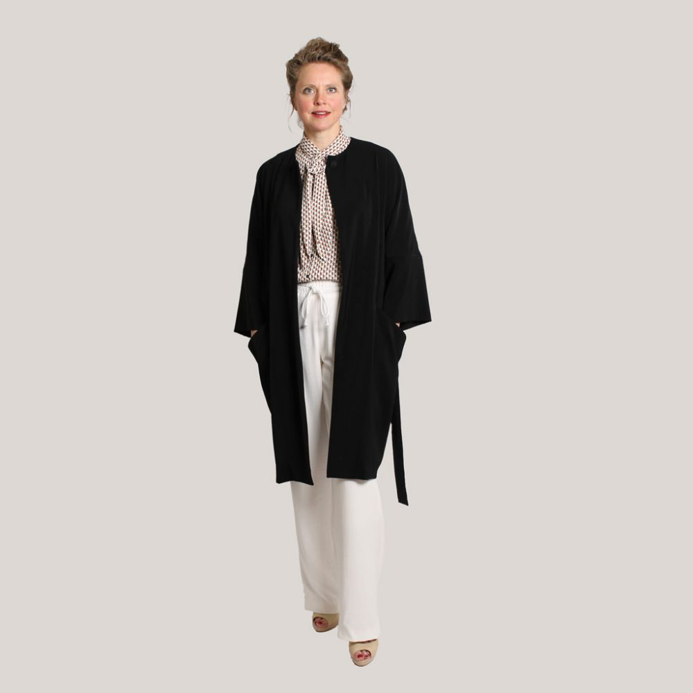 Zwarte kimono 'Black is black' op model, open, vooraanzicht